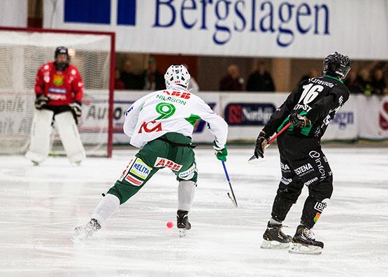 Jonas Nilsson ensam mot målvakten.